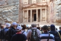 Davanti alla Facciata del Tesoro a Petra