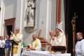 14 il Vescovo saluta il parroco don Mario Maggi